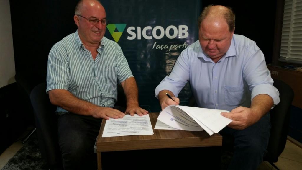 Assinatura de contrato / Foto: Ademir Macagnan
