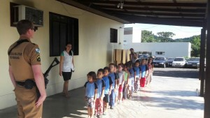 Os alunos desenvolveram várias atividades coordenadas pelos policiais. Foto: Polícia Militar.
