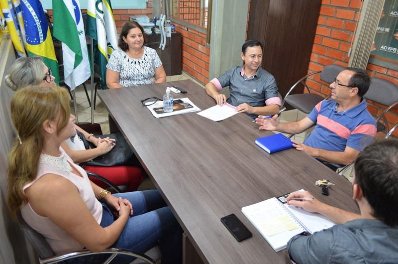Pedrinho Veroneze, à direita, conversa com representantes do Conselho. Crédito: Darce Almeida/Acefb.