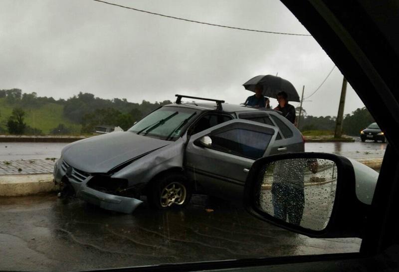 Carro ficou bastante danificado. Foto: Evandro Artuzi/RBJ