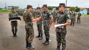 Capitão Diego Agostini realizando entrega de certificados aos soldados