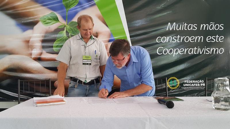 Assis e o presidente da Unicafes-PR, Nilceu Kempf, assinaram um termo de cooperação entre o mandato e as cooperativas. Foto de divulgação