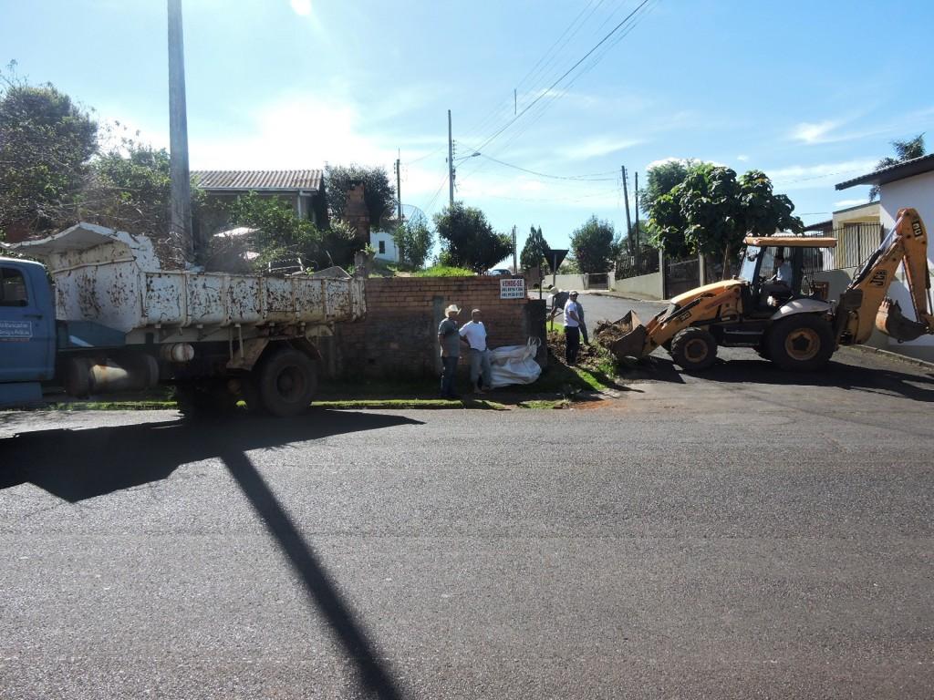 Equipes do setor de Obras e Viação trabalhando no bairro Nossa Senhora Aparecida. Foto: Edson Zuconelli.