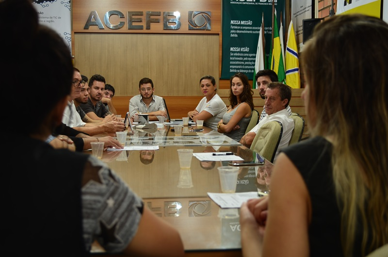 À direita, Itamir Montemezzo (secretaria de Obras e Urbanismo) ouve reivindicações dos arquitetos. Crédito: Darce Almeida/Acefb.