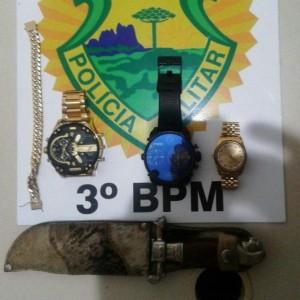 Objetos localizados no teto do veículo do suspeito. Foto: Polícia Militar.