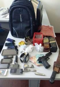 Objetos localizados na casa do suspeito. Foto: Polícia Militar.