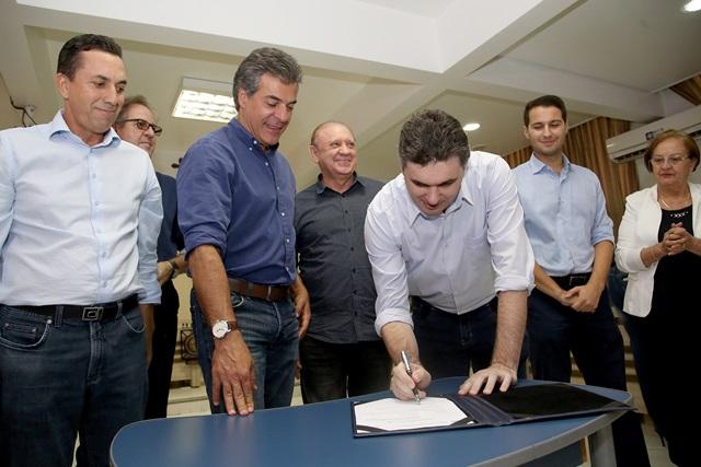 Prefeito Cleber Fontana é observado por deputados e pelo governador Beto Richa durante assinatura de convênios. Foto: Jaelson Lucas / ANPr
