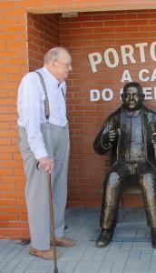 Gunther ao lado de um monumento em homenagem a seu pai em Porto União