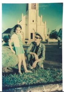 Kátia e seu pai. Atrás, a antiga igreja, onde foi instalada a primeira antena da Rádio Bom Jesus (Arquivo pessoal)