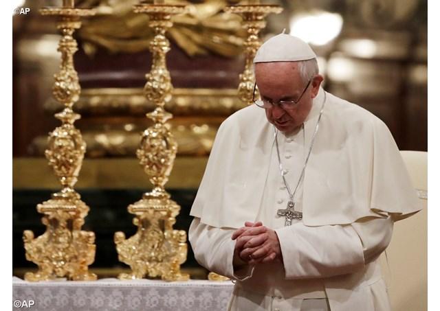 Papa em oração na Basílica de Santa Maria Maior / Foto: AP