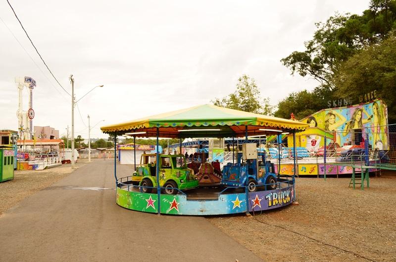 O parque de diversões está montado onde geralmente são colocados os veículos na Expobel, na entrada do parque de exposições, pela Rua Curitiba. Crédito: Darce Almeida/Acefb.
