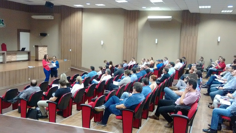 Técnicos dos setores de engenharia e finanças das prefeituras da região participaram do encontro na Amsop com coordenadores do Paranacidade. Foto de divulgação