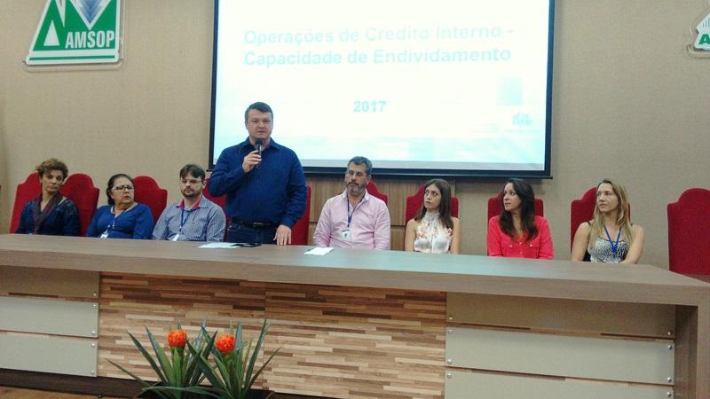 Frank Schiavini, presidente da Amsop, e coordenadores do Paranacidade abriram o evento desta segunda em Francisco Beltrão. Foto de divulgação