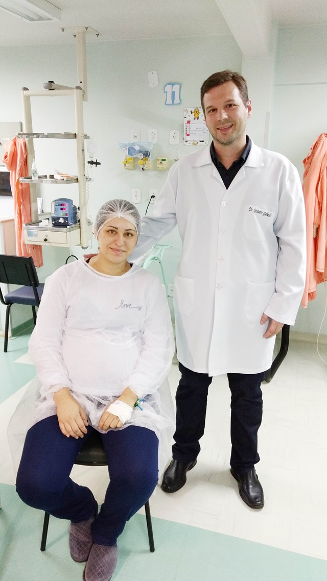 A mãe dos trigêmeos, Karine, com o obstetra Gustavo Gabaldo. Foto: Antonio Menegatti