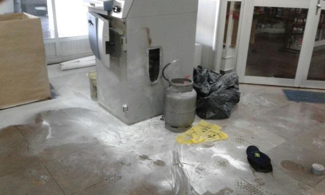 Um botijão de gás usada para acender o maçarico foi deixado pelos ladrões. Foto de divulgação