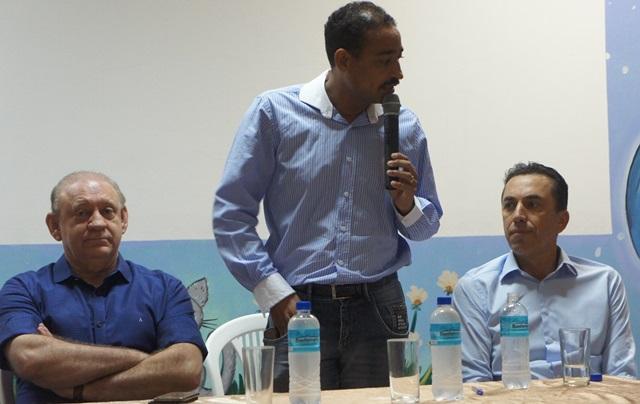 Prefeito Jaimir Gomes fala sobre investimentos ladeado pelos deputados Ademar Traino (esquerda) e Wilmar Reichembach (direita). Foto de divulgação