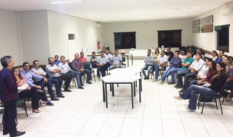 Presidente Jair e a sala cheia na Acec. Foto de divulgação