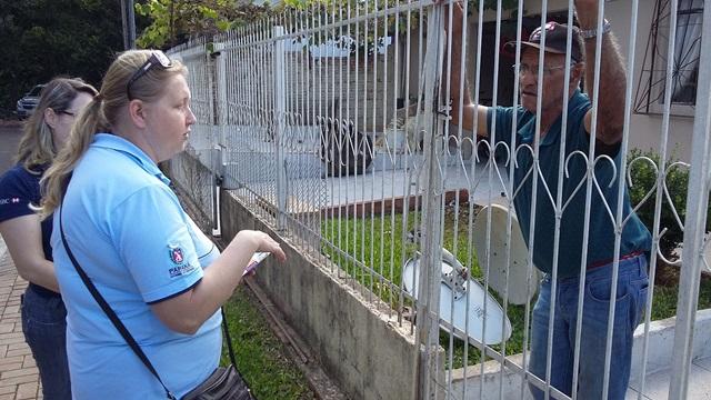 Empregados da Sanepar fazem visitas de sensibilização aos moradores. Foto de divulgação