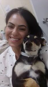 Leidiane e sua cachorrinha Pretinha / Foto: Arquivo pessoal