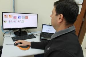 Professor Fernando Manosso mostra os gráficos gerados por meio do estudo/ Foto: Assessoria