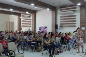 Professora Andréa com as merendeiras durante o seminário que faz parte do projeto / Foto: Assessoria