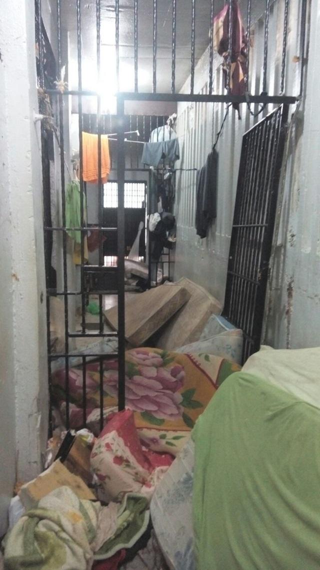 Carceragem ficou bastante danificada por conta da ação dos presos. Foto: Polícia Militar