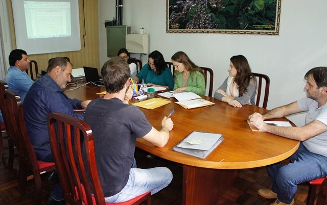 Equipe durante processo licitatório, com transmissão. Foto de divulgação