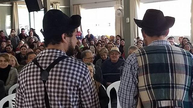 Atores do Grupo Théspis encenam peça para os idosos presentes no lançamento da Lei de Prevenção de Acidentes Domésticos com Idosos. Foto de divulgação
