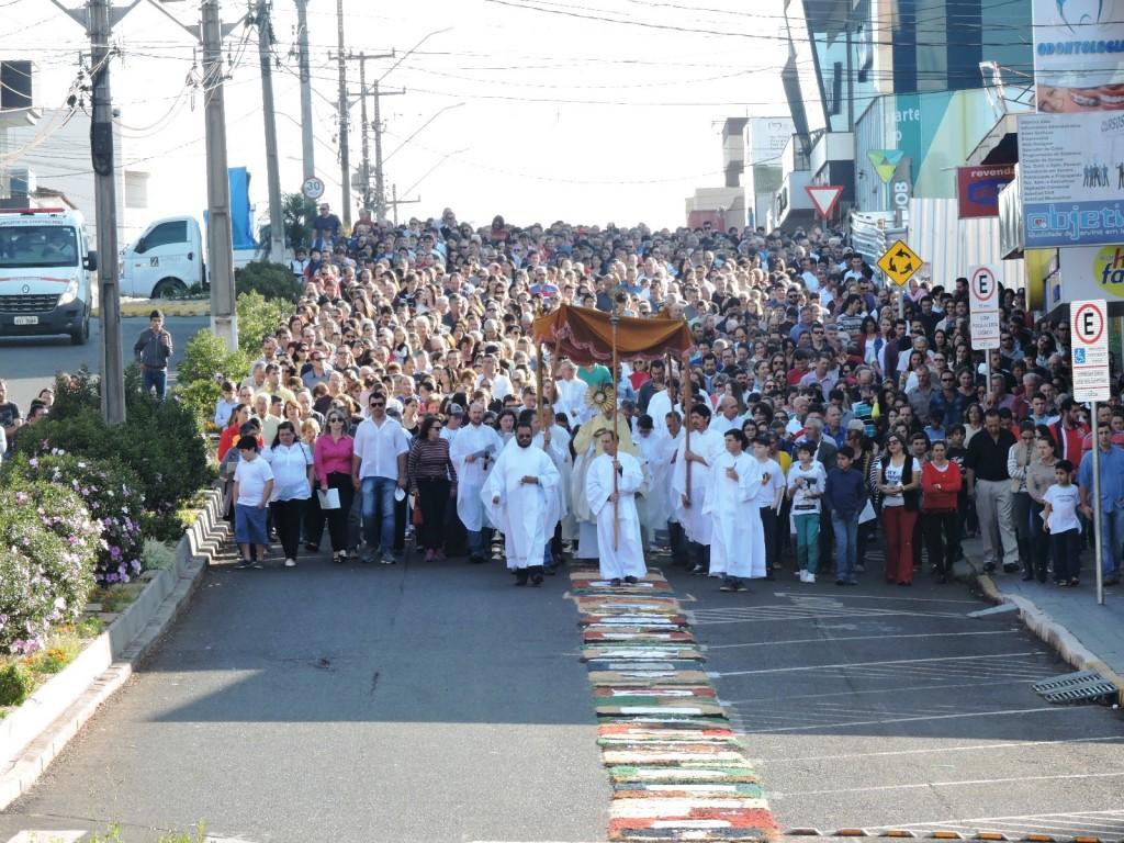 Milhares de fieis participam da procissão de Corpus Christi. Foto: Edson Zuconelli.