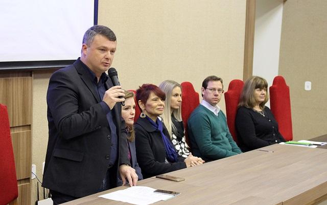Prefeito de Coronel Vivida e presidente da Amsop, Frank Schiavini, abriu o evento com servidores das prefeituras da região. Foto de divulgação