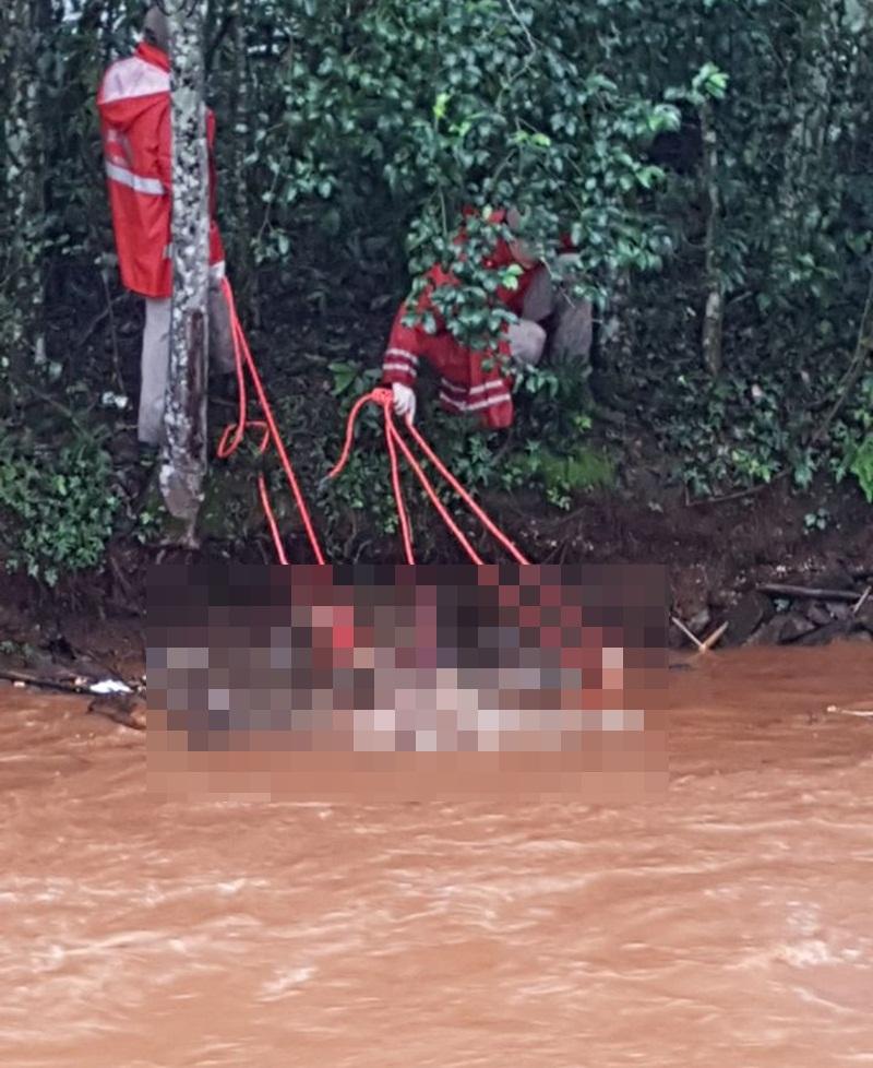 Corpo foi removido por Bombeiros até a margem do rio. Foto: Reprodução WhatsApp