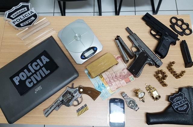 Armas, droga e objetos encontrados em possível ponto de tráfico de drogas. Foto de divulgação