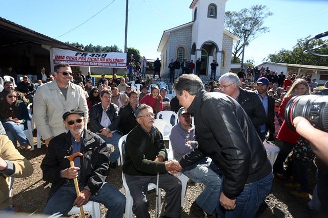 Moradores da região agradeceram pessoalmente o governador pela execução da obra. Foto: Orlando Kissner / ANPr