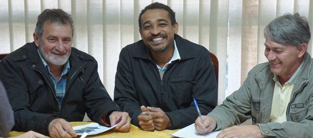 Novo diretor acompanhado do prefeito Jaimir Gomes e do vice, Altair Gabriel. Foto de divulgação
