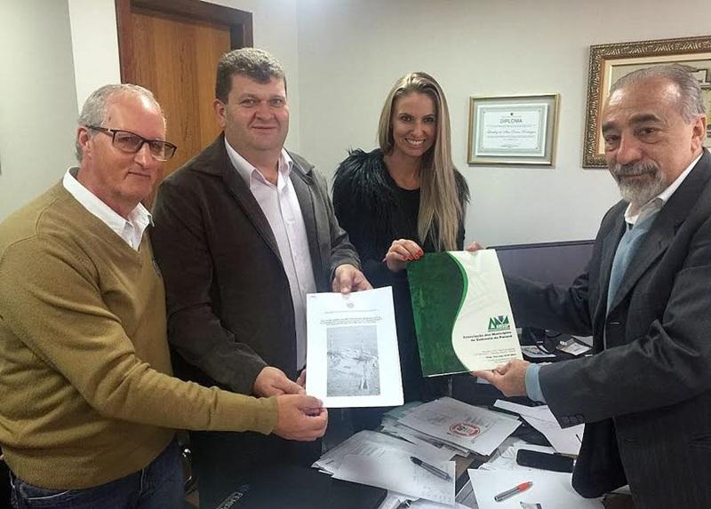 Luiz Pirin, Beto Arisi e Fran Schmitz se encontraram com o deputado Rasca Rodrigues nesta semana para tratar sobre o fracking. Foto de divulgação