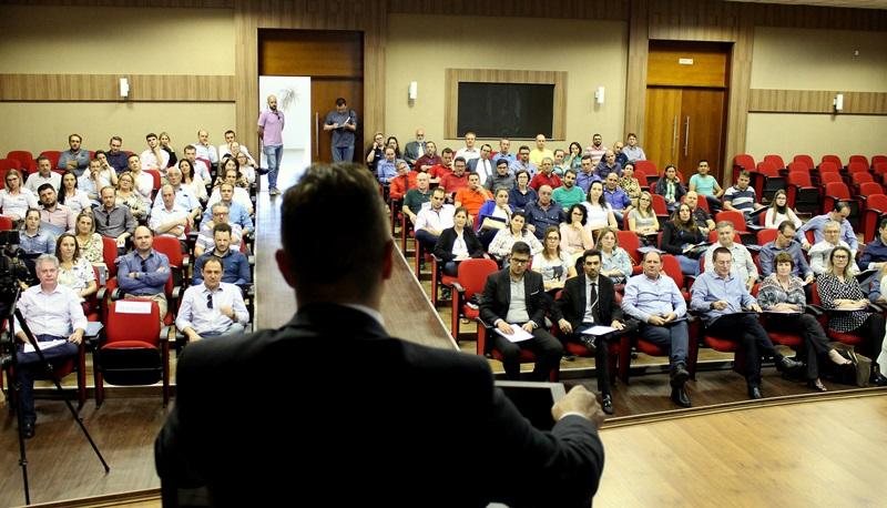 O juiz federal Marlos Melek palestrou na Amsop sobre as novas regras da legislação trabalhista. Foto de divulgação