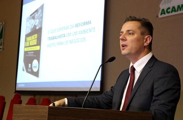 Marlos Melek, juiz federal, durante palestra na Amsop. Foto de divulgação