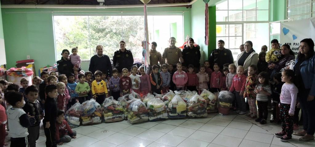 Representantes da Polícia Militar e Rotary Club Chopinzinho na entrega dos alimentos.Foto: Edson Zuconelli.
