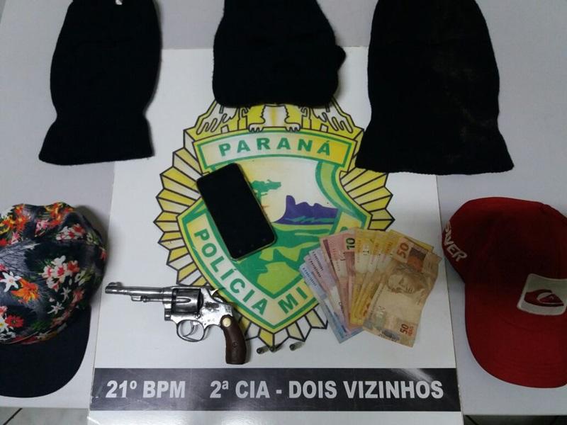 Dinheiro e celular, roubados, foram recuperados. Também foram apreendidos os capuzes, bonés e o revólver usado no assalto. Foto de divulgação