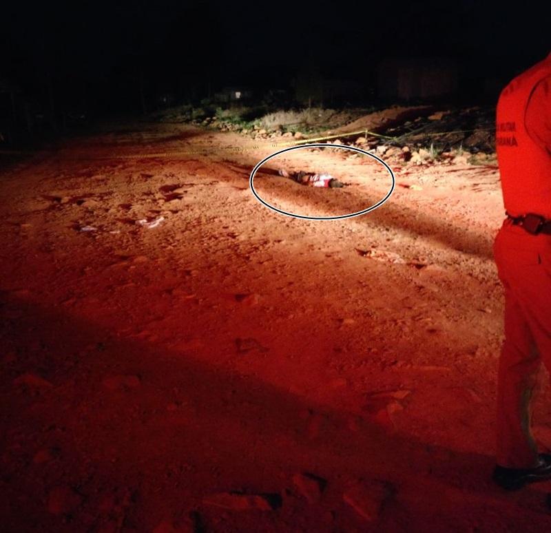 Corpo foi encontrado no meio de uma rua na área de ocupação Terra Nossa. Foto: Polícia Militar