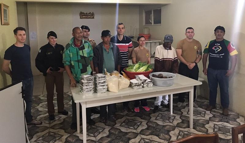 Entrega dos alimentos na Casa Santa Aliança, no domingo pela manhã. Foto de divulgação