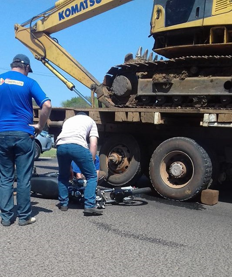 Moto bateu violentamente no rodado traseiro do caminhão. Foto: Ademir de Oliveira