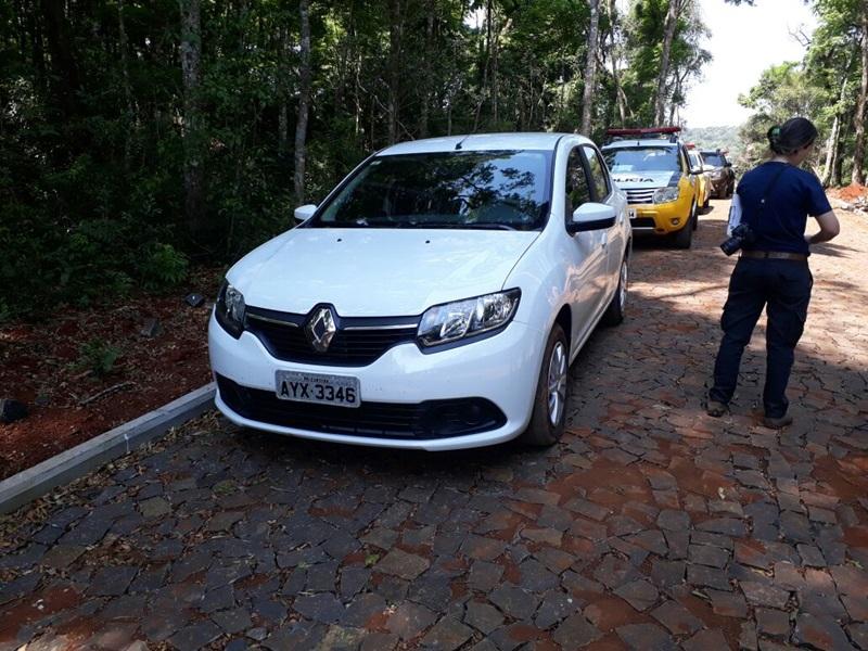 Veículo Logan estava numa estrada de calçamento a poucos metros da PR-566, em Francisco Beltrão. Foto: Deivid Fragata/TV Beltrão