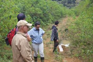 Os parceiros nos trabalhos de campo, professor Selvino Neckel de Oliveira e seus alunos nos trabalhos de campo em São Bento do Sul (SC) / foto: Rodrigo Lingnau