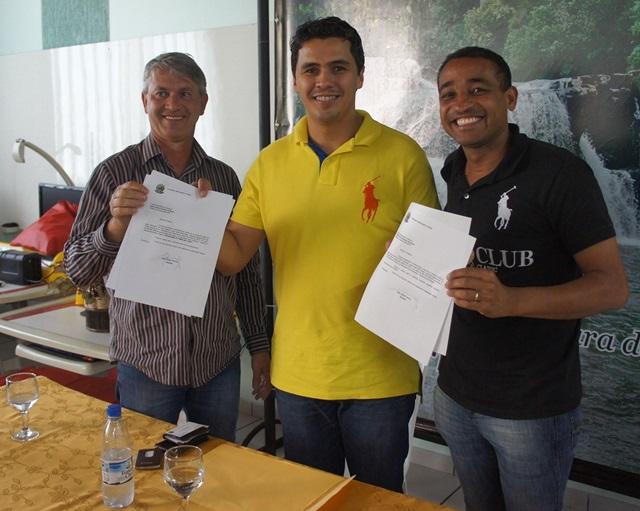 Vice-prefeito Altair Gabriel (PSC) , deputado federal Diego Garcia (PHS) e prefeito Jaimir Gomes (PHS) durante a entrega dos recurso de R$ 750 mil da emenda parlamentar do Deputado (da direita para esquerda). Foto de divulgação