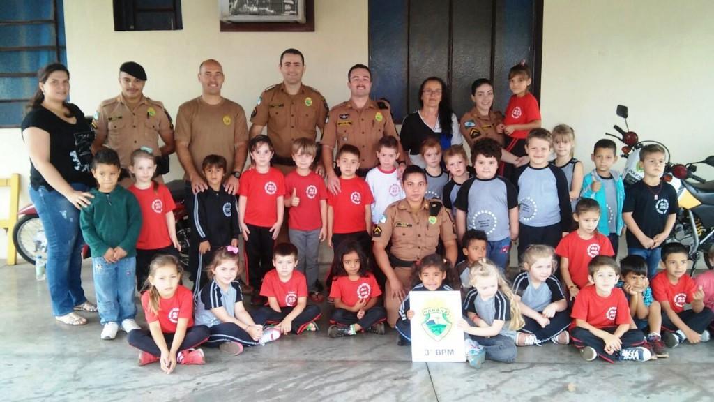 28 alunos de duas escolas da cidade visitaram o Pelotão. Foto: Polícia Militar.