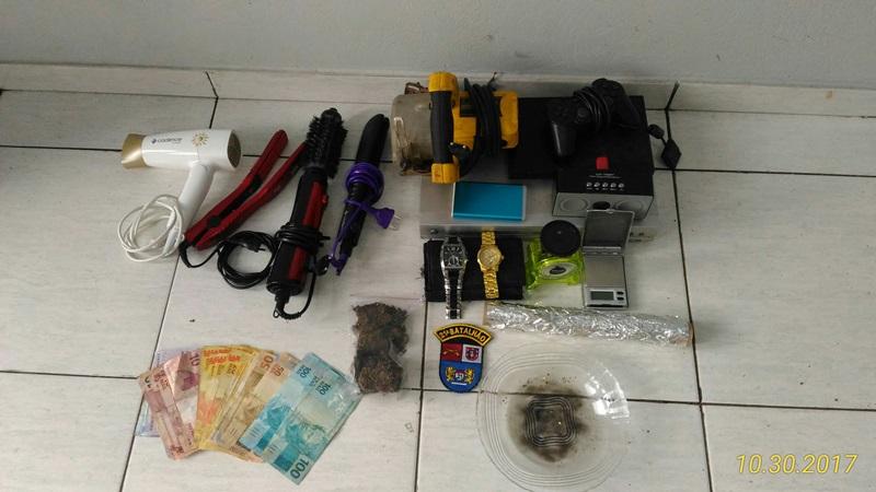 Maconha, dinheiro  e objetos encontrados na casa onde estavam os menores. Foto: Evandro Artuzi/RBJ