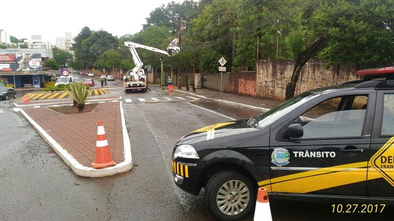 Trânsito foi interrompido em uma das pistas para trabalhos de manutenção.  Foto: Evandro Artuzi/RBJ