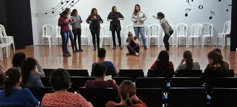 A contação acontece no auditório do centro de capacitação de professores. A foto é do evento realizado recentemente. Foto de divulgação