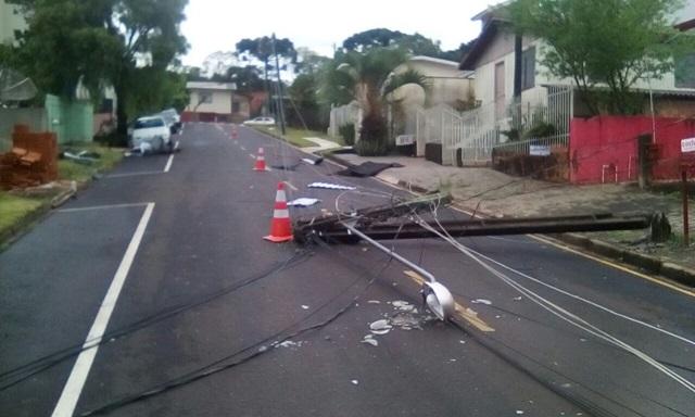 Postes caídos em frente a base do SAMU em Pato Branco. Foto: Nogueira Filho